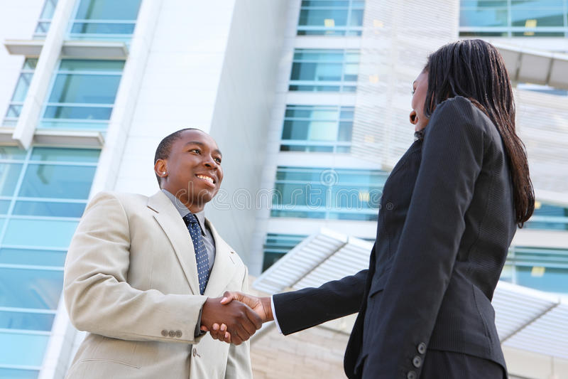 Afrikanischer Geschäfts-Team-Händedruck lizenzfreie stockfotos