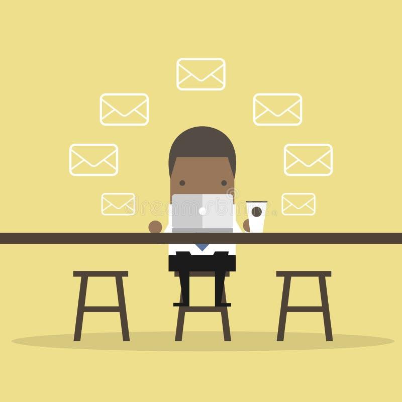 Afrikanischer Geschäftsmann Checks Email Messages an der Kaffeestube lizenzfreie abbildung