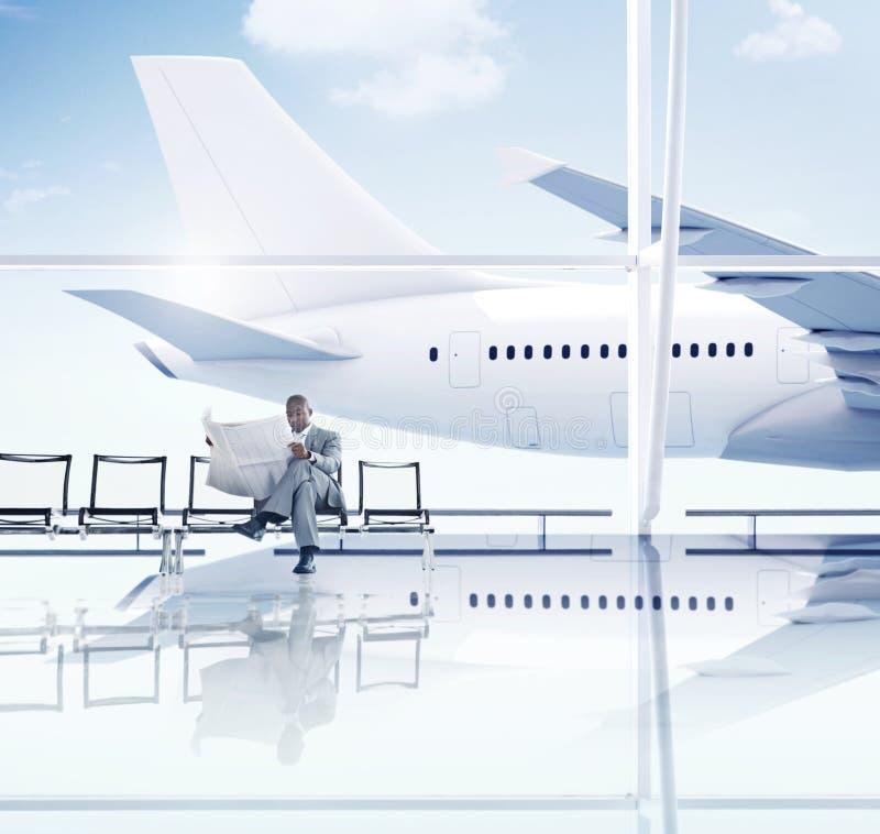 Afrikanischer Geschäftsmann, der in den Flughafen wartet stockfotografie