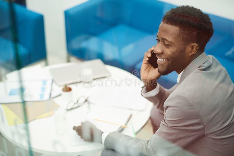 Afrikanischer Geschäftsmann, der telefonisch nennt lizenzfreies stockbild