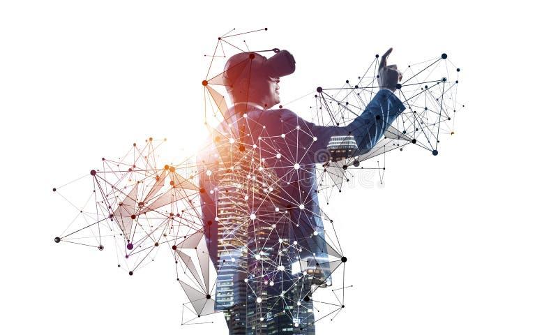 Afrikanischer Geschäftsmann erforscht virtuelle Welt stockbilder