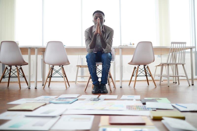 Afrikanischer Geschäftsmann Planning Project im leeren Büro lizenzfreie stockfotos