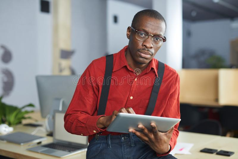 Afrikanischer Geschäftsmann Posing stockfoto