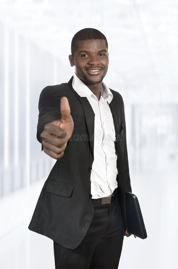 Afrikanischer Geschäftsmann/Student Thumb Up lizenzfreies stockbild