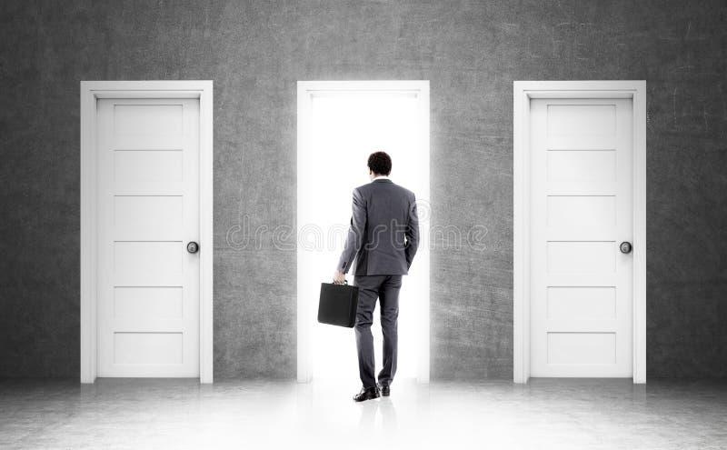 Afrikanischer Geschäftsmann und drei Türen stockfoto