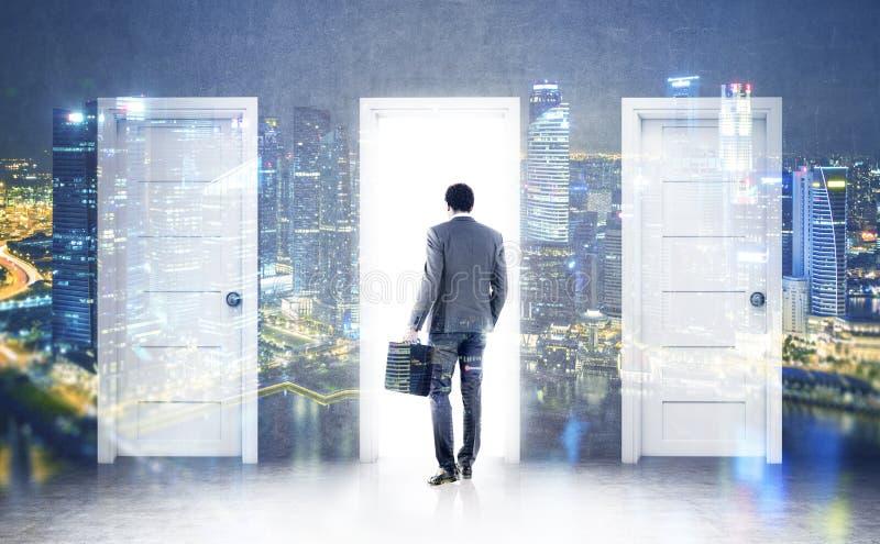 Afrikanischer Geschäftsmann und drei Türen, doppelt stockbilder