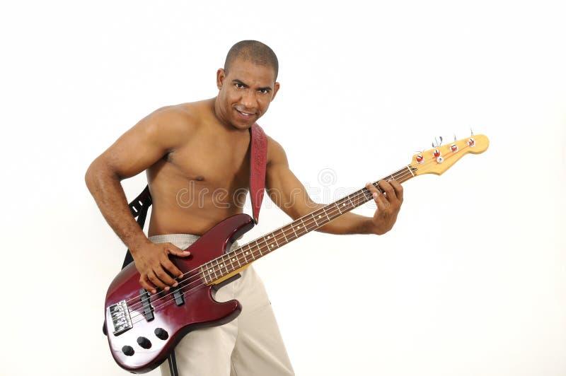Afrikanischer hispanischer Mann, der Baß-Gitarre spielt lizenzfreie stockfotografie