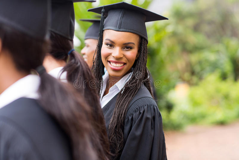 Afrikanischer Hochschulabsolvent lizenzfreie stockfotos