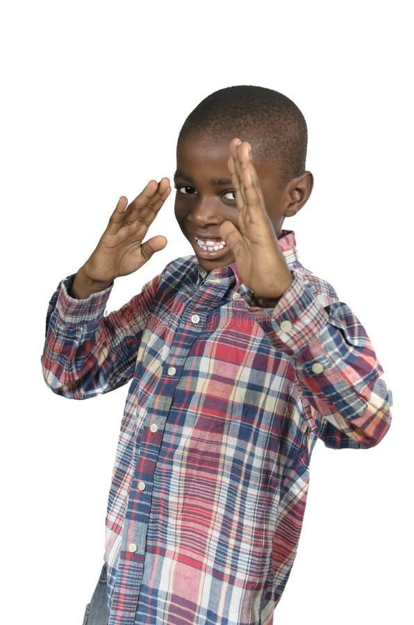 Afrikanischer Junge, der Kampfkünste tut stockbild