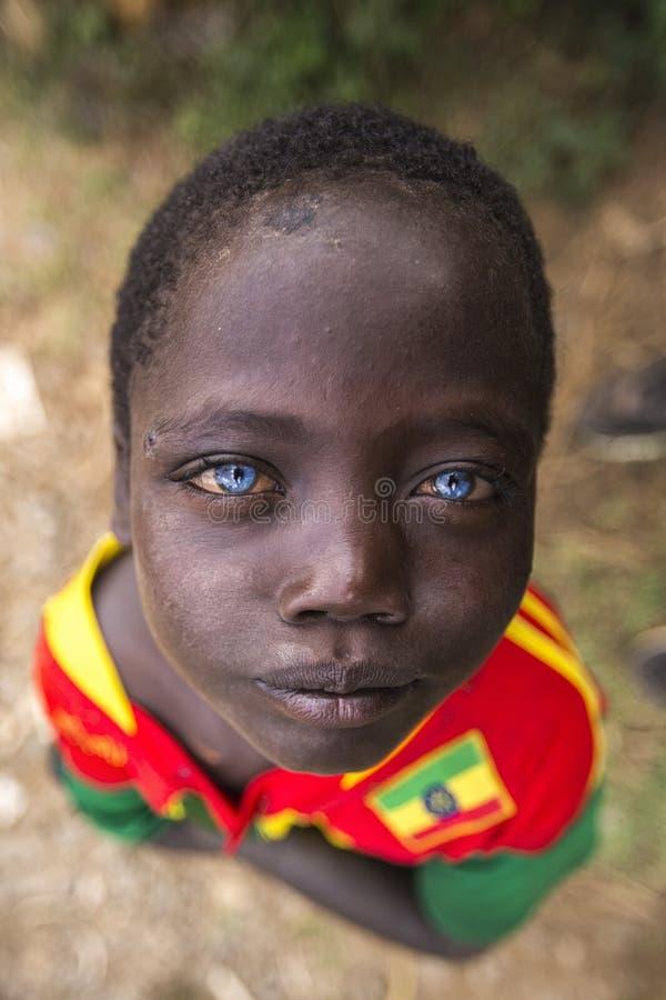 Afrikanischer Junge mit blauen Augen lizenzfreie stockfotos