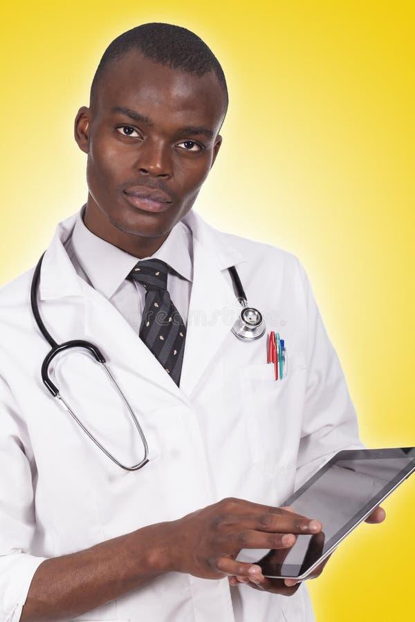 Afrikanischer junger Doktor lizenzfreie stockfotografie