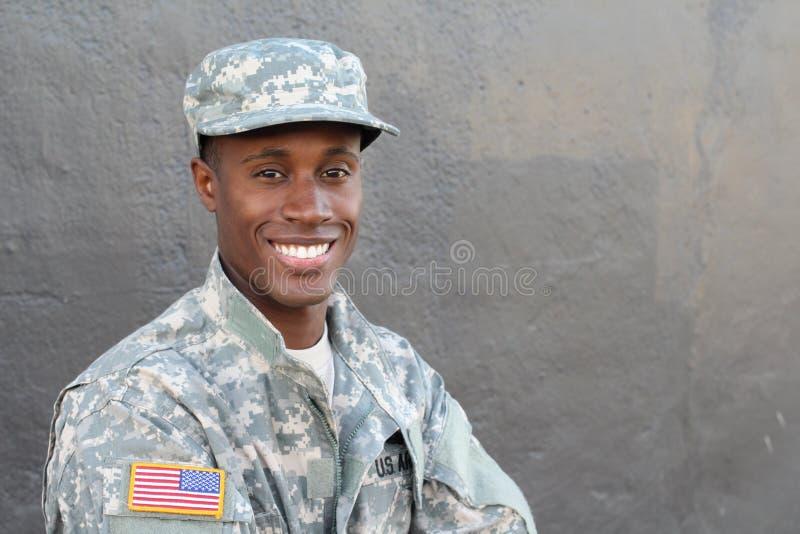 Afrikanischer lächelnder und lachender Militärmann lizenzfreies stockfoto