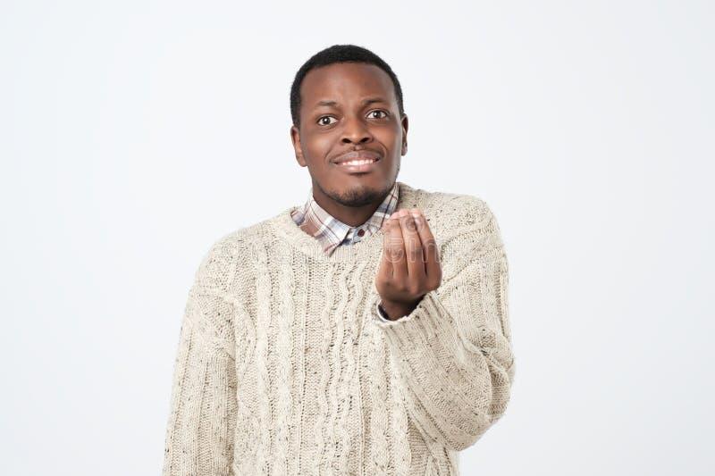 afrikanischer Mann, der Italienergeste zeigt, die bedeutet, was Sie über weißem Hintergrund wünschen lizenzfreie stockfotos
