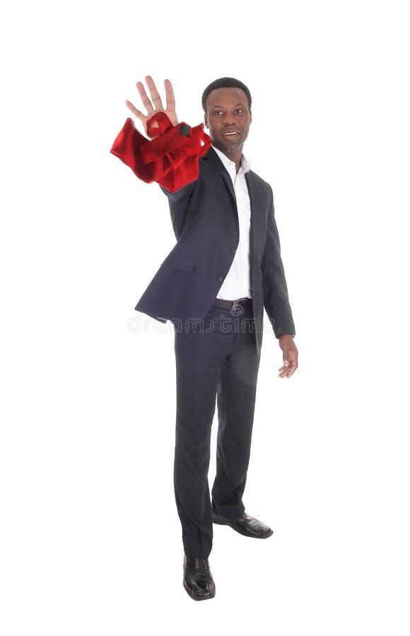 Afrikanischer Mann, der seine rote Bindung wegwirft lizenzfreies stockbild