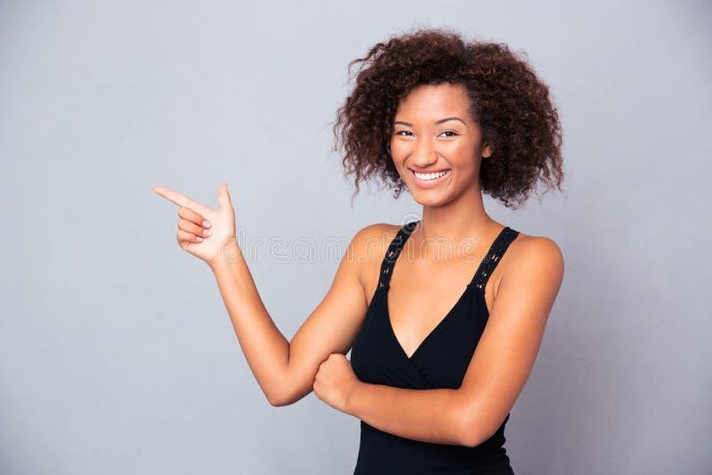 Afrikanischer Mann, der weg Finger zeigt stockbild