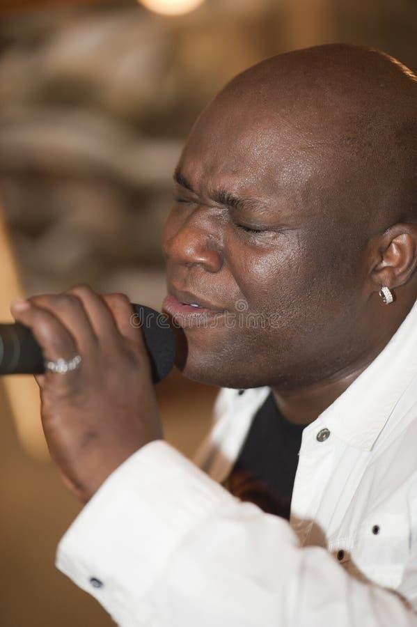 Afrikanischer Mann-Gesang Phasen lizenzfreie stockfotografie
