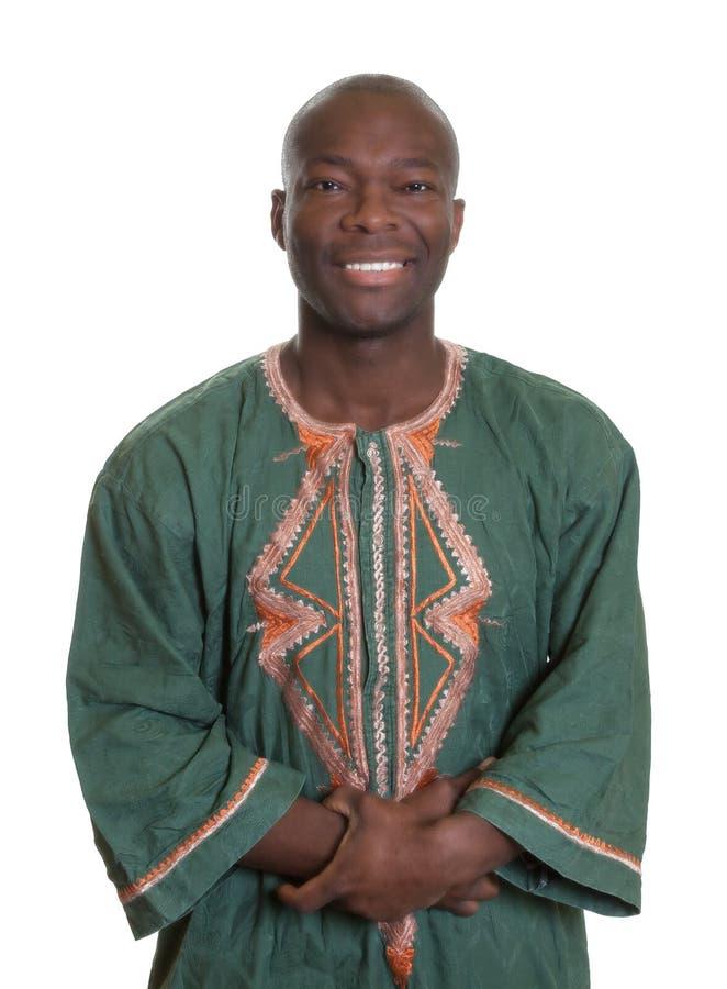 Afrikanischer Mann mit traditioneller Kleidung und den gekreuzten Armen lizenzfreies stockbild