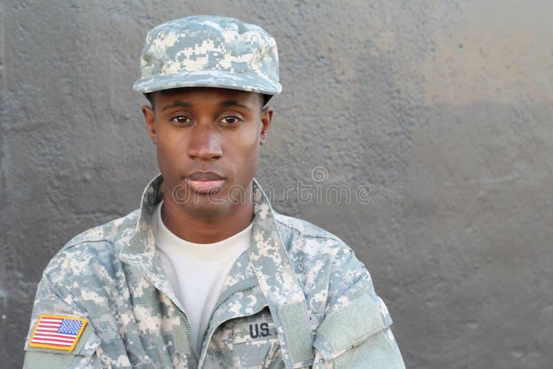 Afrikanischer Militärmann mit neutralem Ausdruck mit Kopienraum stockfotos