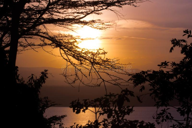Afrikanischer Sonnenuntergang über See lizenzfreie stockfotografie
