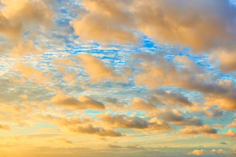 Afrikanischer Sonnenuntergangshimmel mit Farbwolken stockfoto