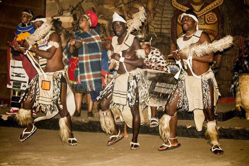 Afrikanischer Stammes- Tanz in den traditionellen handgemachten Kostümen stockfotografie