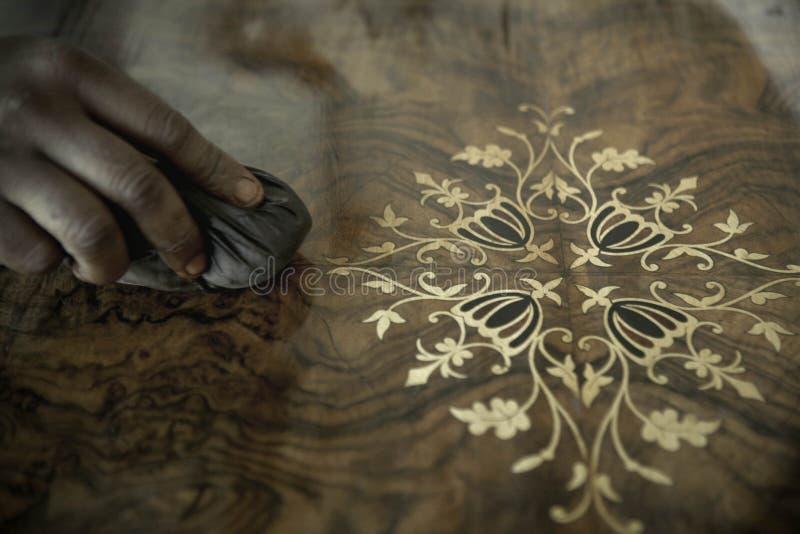 Afrikanischer Tischler Polishing Antiques lizenzfreie stockbilder