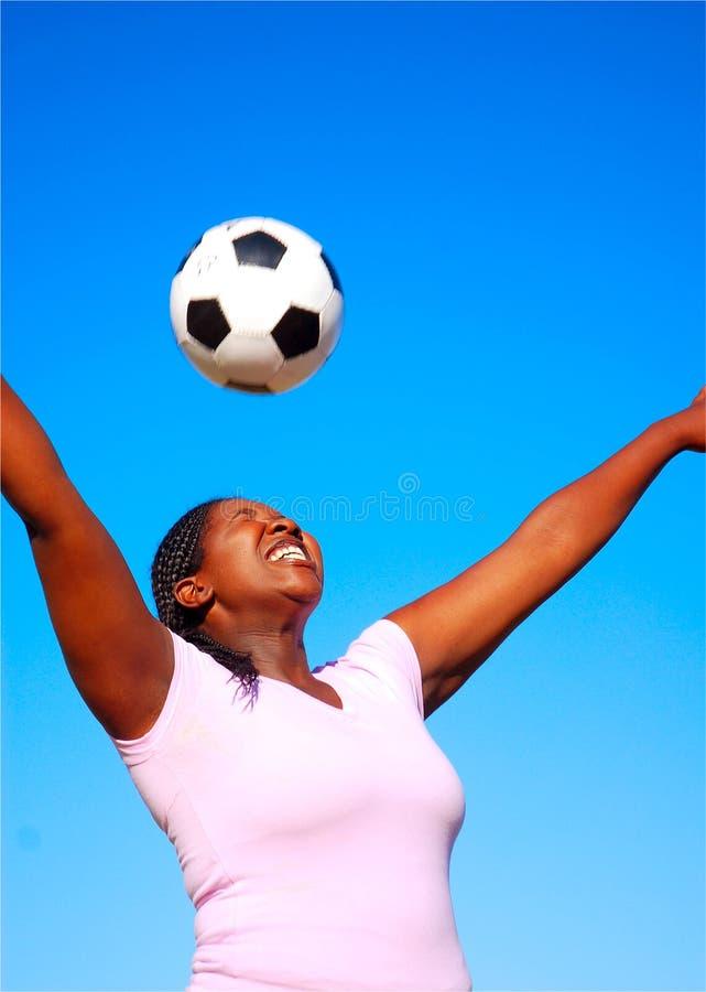 Afrikanischer weiblicher Fußballspieler stockfotos