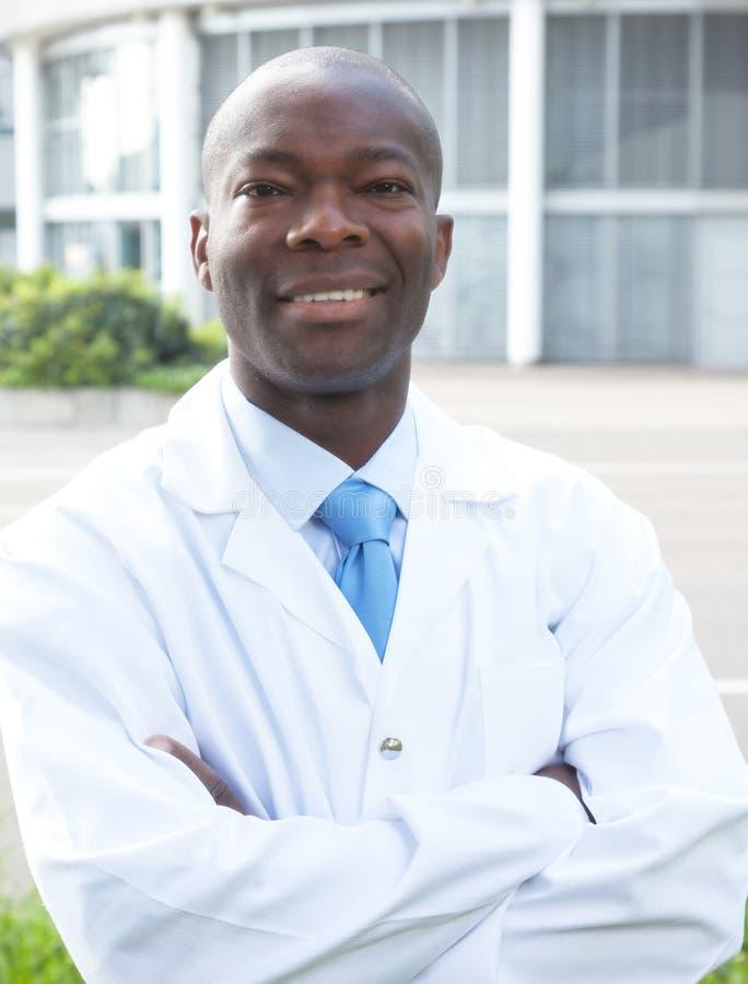 Afrikanischer Wissenschaftler, der über Kamera lacht stockbilder