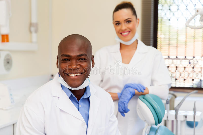 Afrikanischer Zahnarztassistent stockbilder