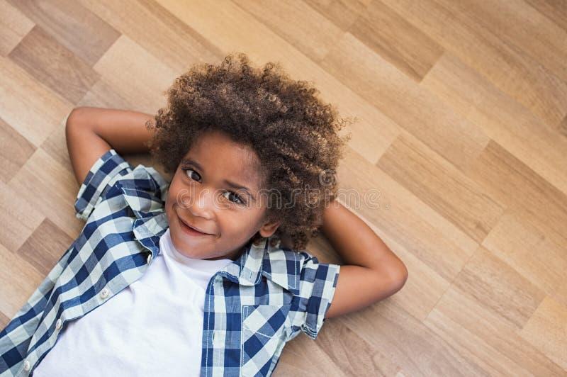 Afrikanisches Denken des kleinen Jungen lizenzfreies stockfoto