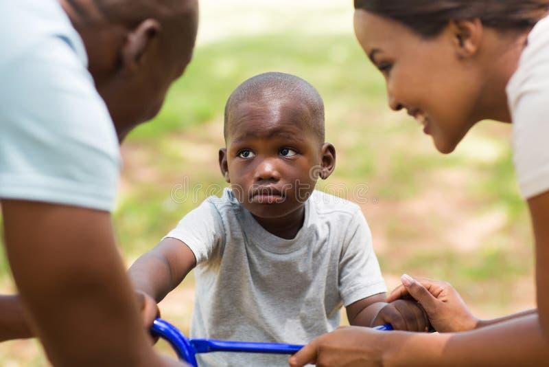 Afrikanisches Familienspielen lizenzfreie stockbilder