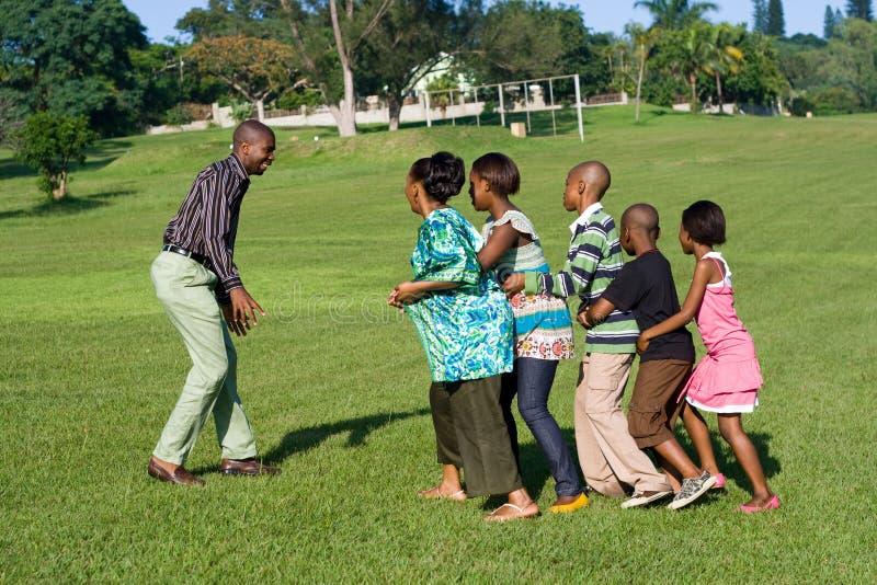 Afrikanisches Familienspielspiel lizenzfreie stockfotografie