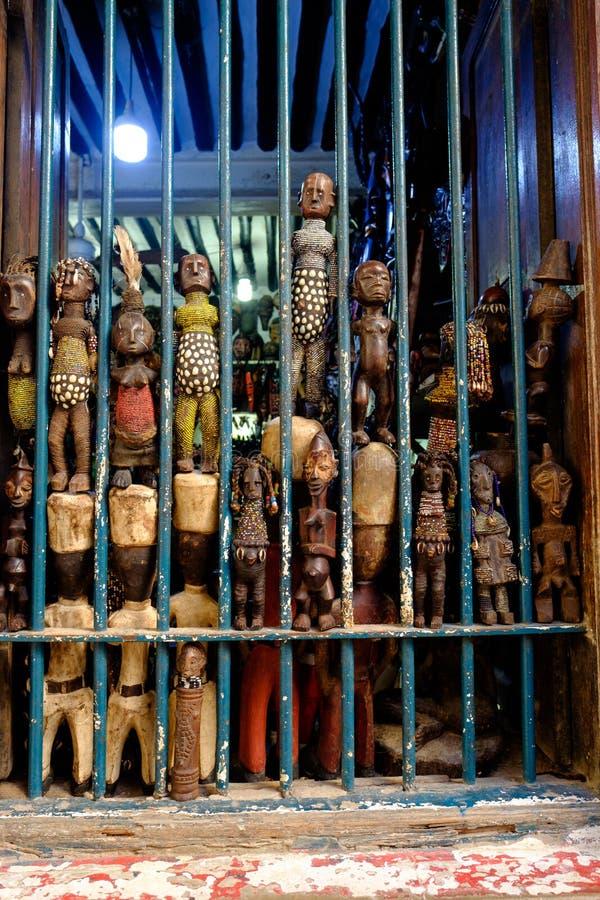 Afrikanisches Holz geschnitzte Puppen im Schaufenster des Schaufensters in Stone Town Sanzibar lizenzfreies stockfoto
