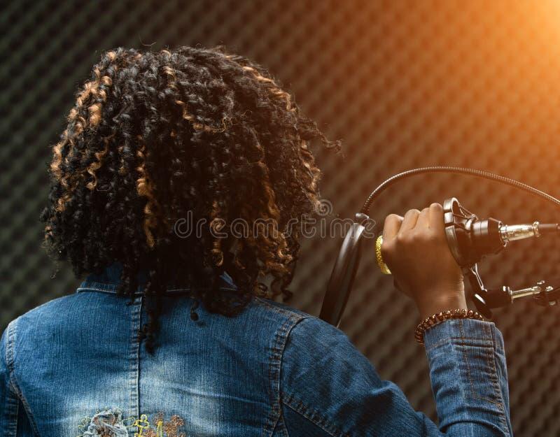 Afrikanisches Jugendlich-Frau Afrohaar ein Lied singen stockbilder