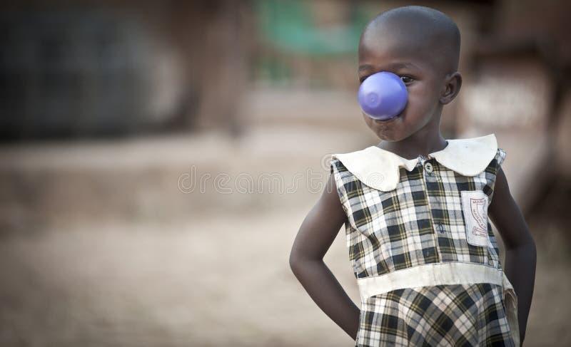 Afrikanisches Kind in Uganda, das für die Kamera aufwirft stockbild