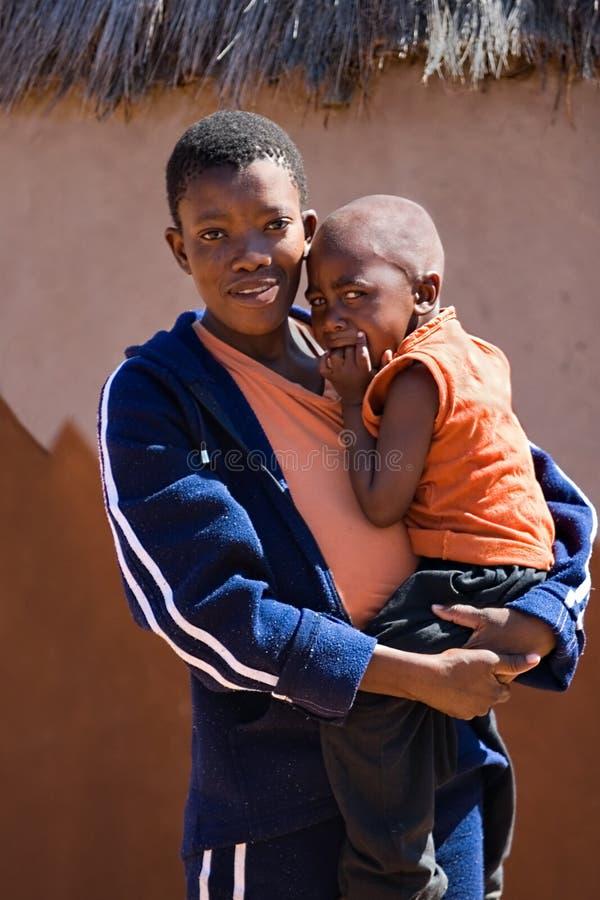 Afrikanisches Kind und Mutter stockbild