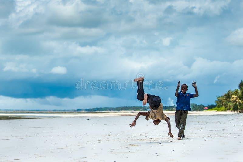 Afrikanisches Kinderspielen lizenzfreies stockfoto