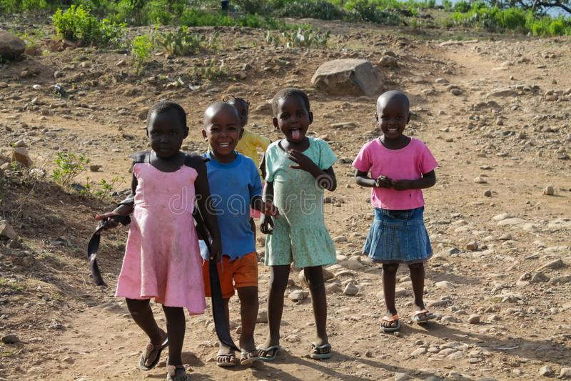 Afrikanisches kleine Kinderspiel auf einer Straße lizenzfreie stockbilder