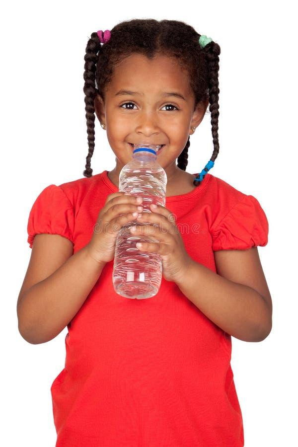 Afrikanisches kleines Mädchen mit Wasserflasche lizenzfreie stockfotografie