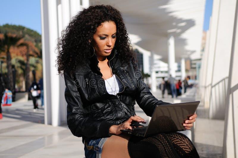 Download Afrikanisches Mädchen, Das Einen Laptop In Der Straße Verwendet Stockfoto - Bild von mädchen, computer: 26352380
