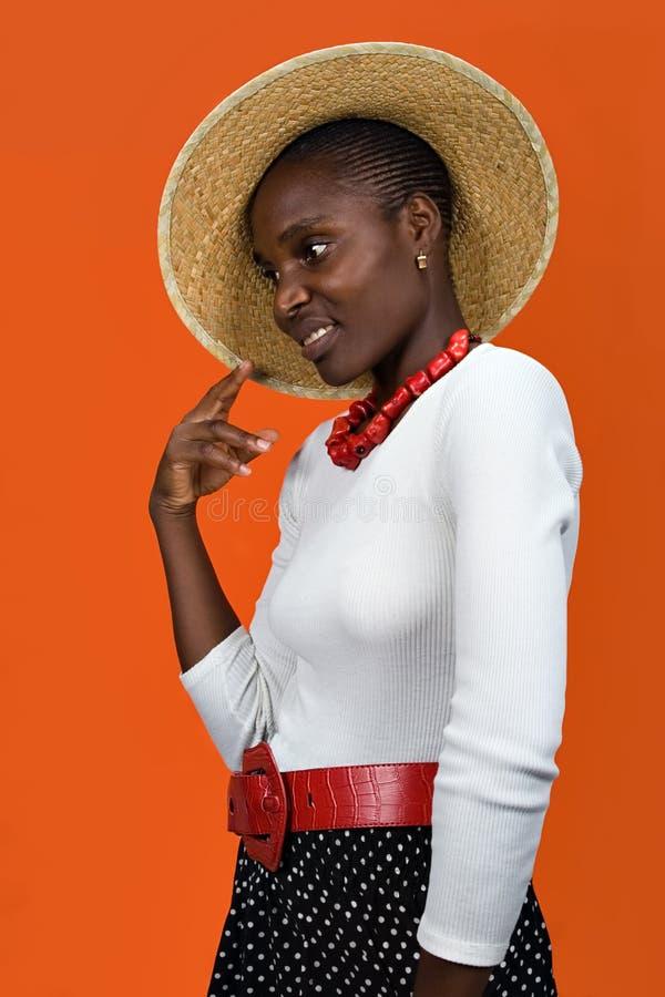 Afrikanisches Mädchen mit Hut stockbilder