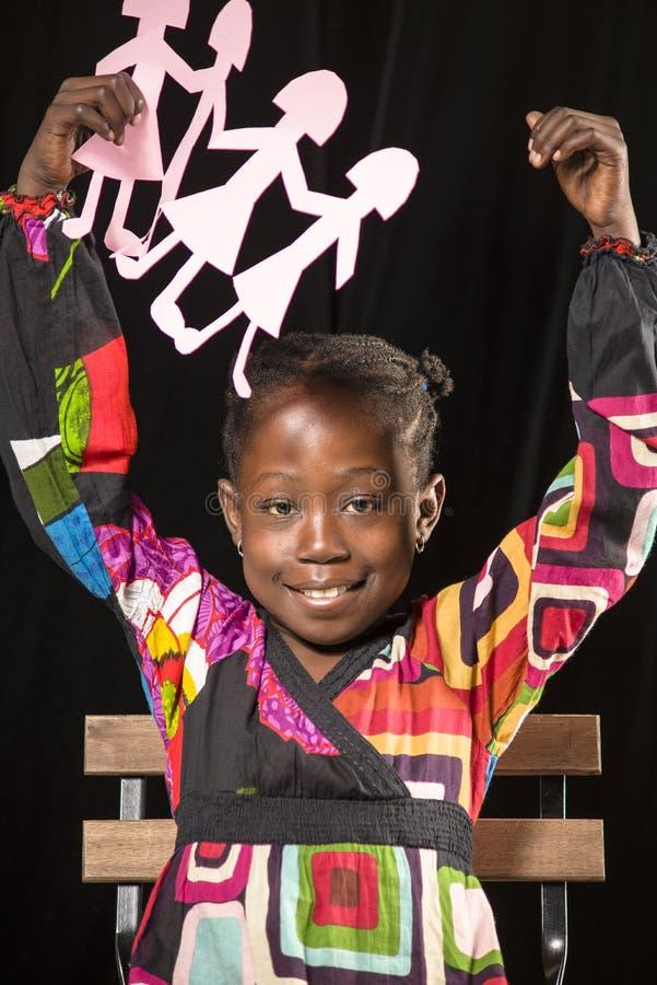 Afrikanisches Mädchenporträt mit Papierpuppen stockbild