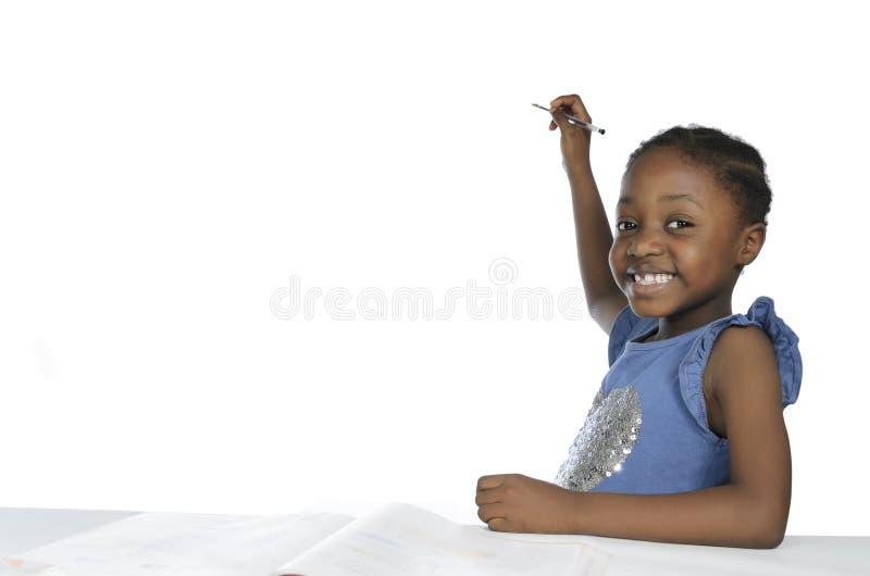 Afrikanisches Mädchenschreiben mit Bleistift, Freiexemplarraum lizenzfreies stockfoto