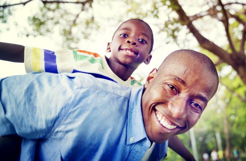 Afrikanisches Sohn-Vati-Doppelpolfamilien-draußen Konzept lizenzfreie stockfotos