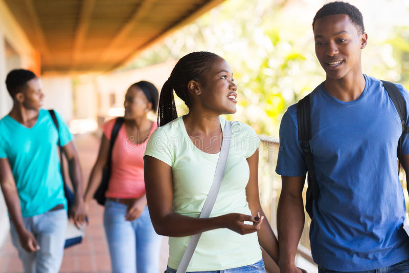 Afrikanisches Studentgehen stockbilder