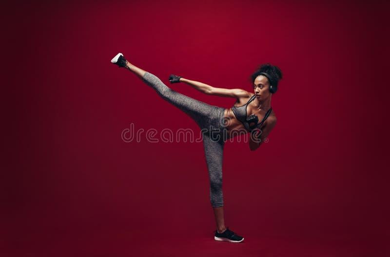 Afrikanisches weibliches trainierendes Taekwondo lizenzfreie stockfotografie