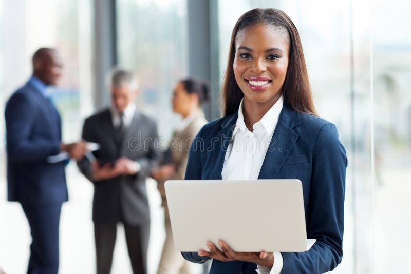Afrikansk affärskvinnadator royaltyfri foto