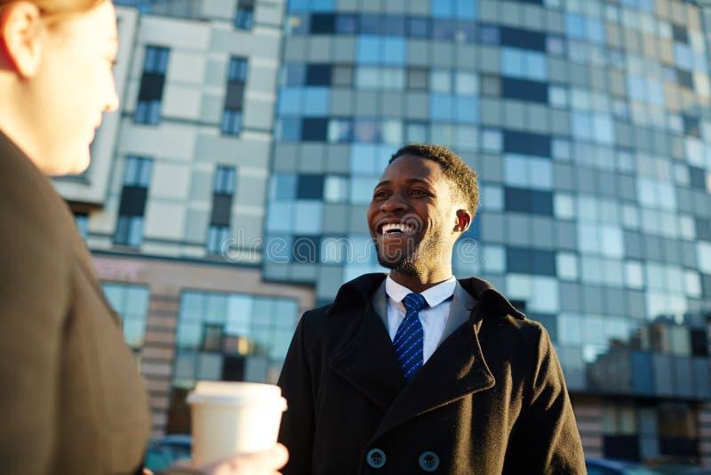 Afrikansk affärsman Chatting med kollegan utanför arkivbilder