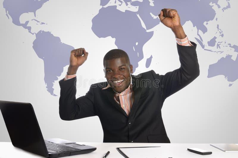 Afrikansk affärsman som i regeringsställning jublar royaltyfri foto