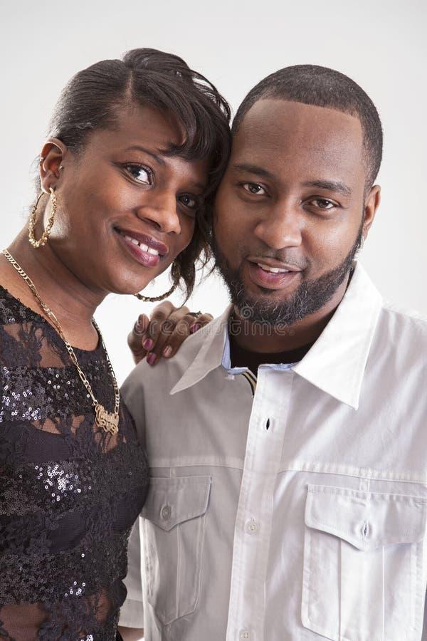 Afrikansk amerikan kopplar ihop royaltyfri fotografi